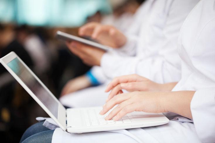 Ärtzinnen und Ärzte drücken Schulbank_fotolia